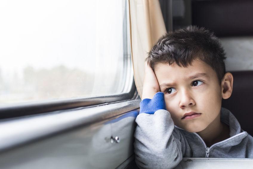 chlapec sedi u okna