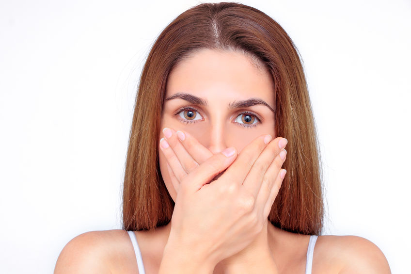 zena zakryvat usta