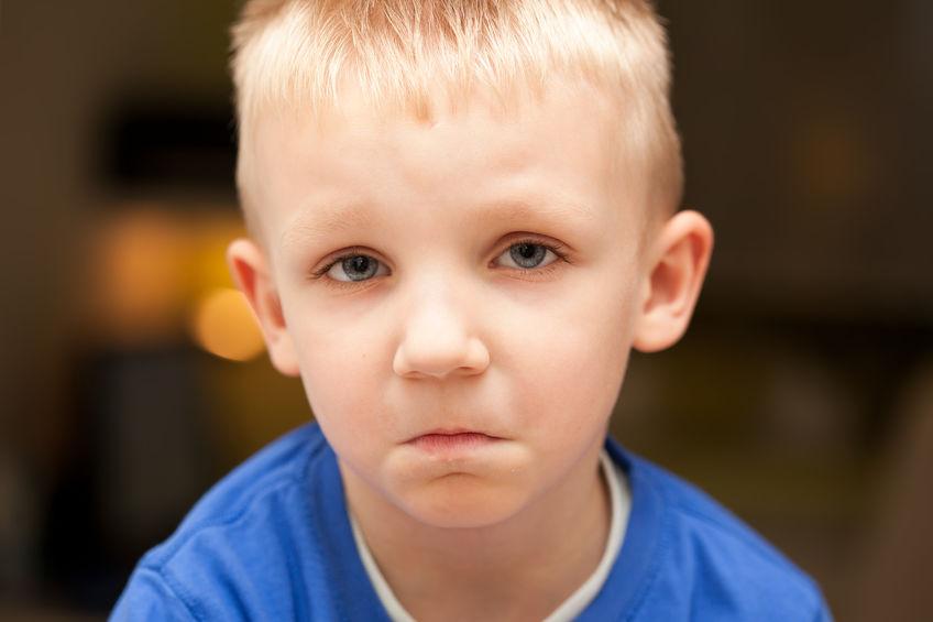 smutny chlapec plac slzy