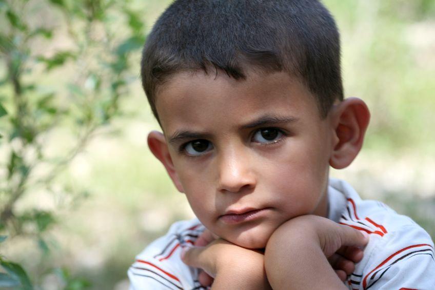 maly chlapec smutek