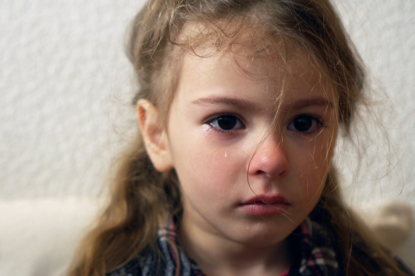 Divka place slzy smutek