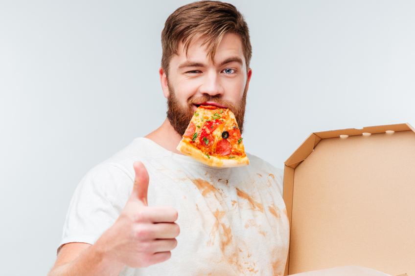 Muž pizza