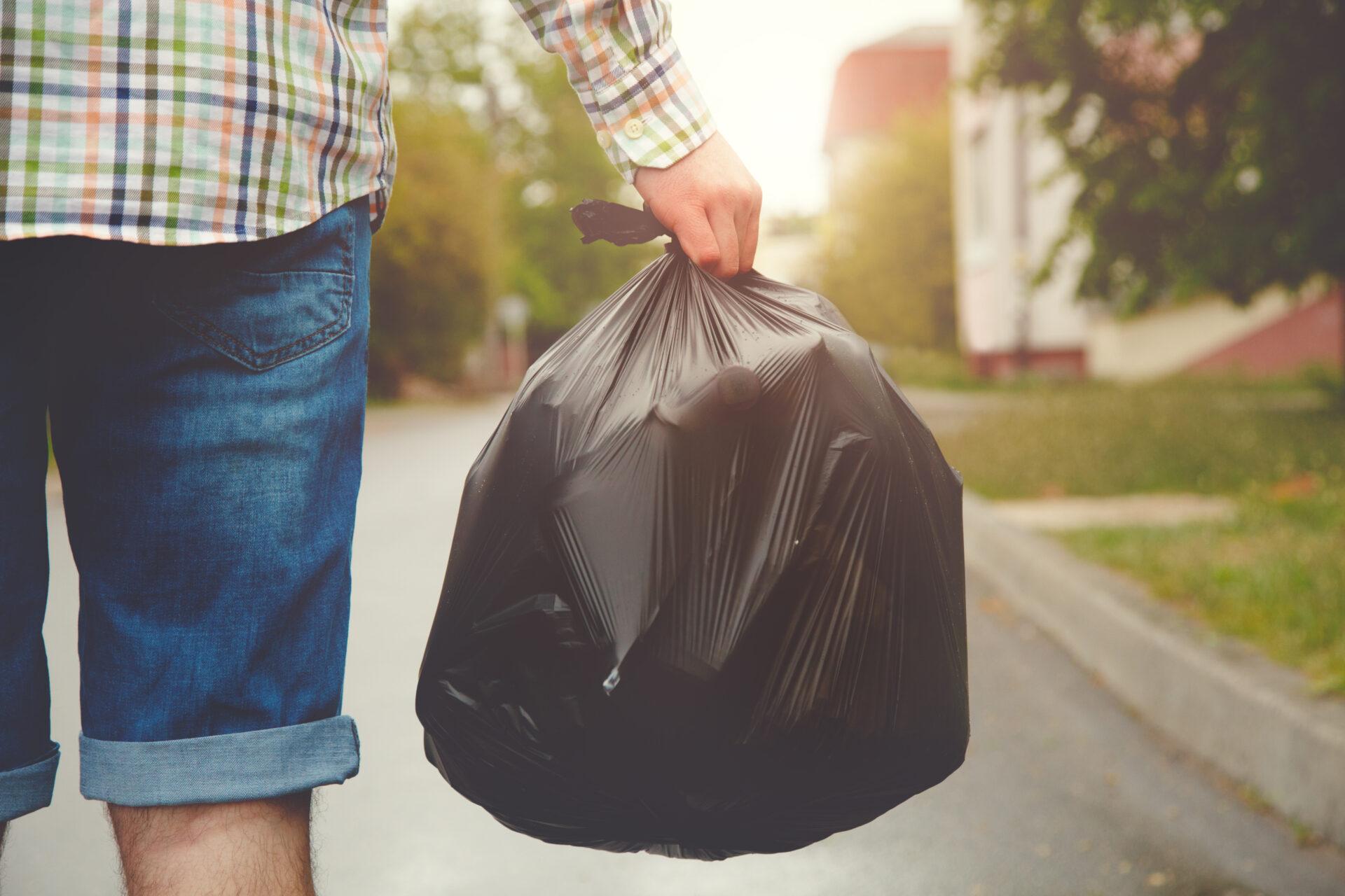 Muž s odpadky
