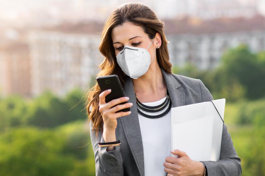 Zena s telefonem respirator